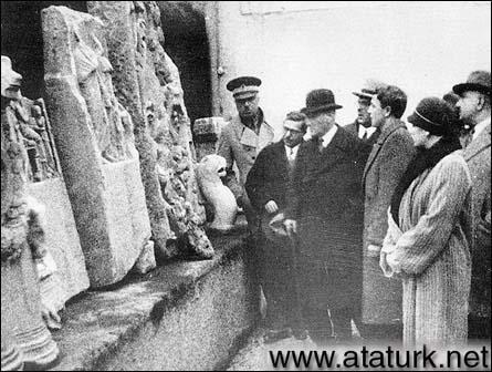 Atatürk İstanbul Arkeoloji Müzesi'nde eserler hakkında bilgi alıyor. (10 Şubat 1933)