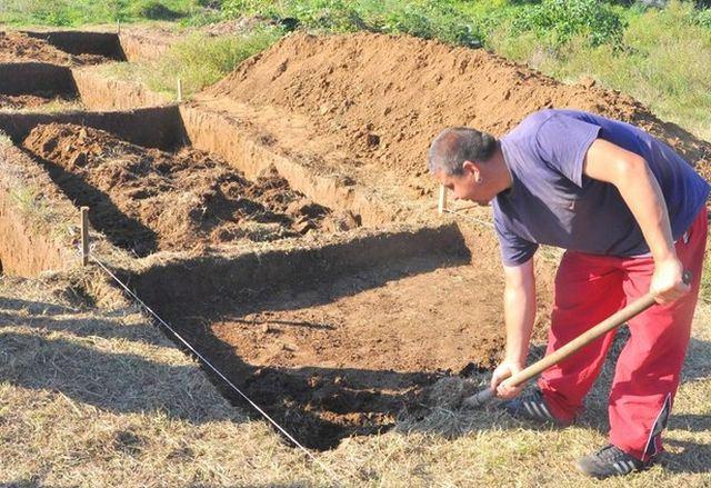 """""""Aşağı Tuna'nın Üstü Kaplı Çömlek Kültürü"""" adlı yerleşim yerinin mezarlığındaki 2015 kazıları Ekim ortalarında gerçekleştirildi.["""