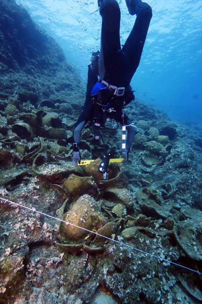 Su altı ekibi fotogrametri kullanarak her bölgenin 3 boyutlu planını oluşturuyor  Bu fotoğrafta bir arkeolog tarafından gemi enkazlarından birinin seviyesi tespit ediliyor.