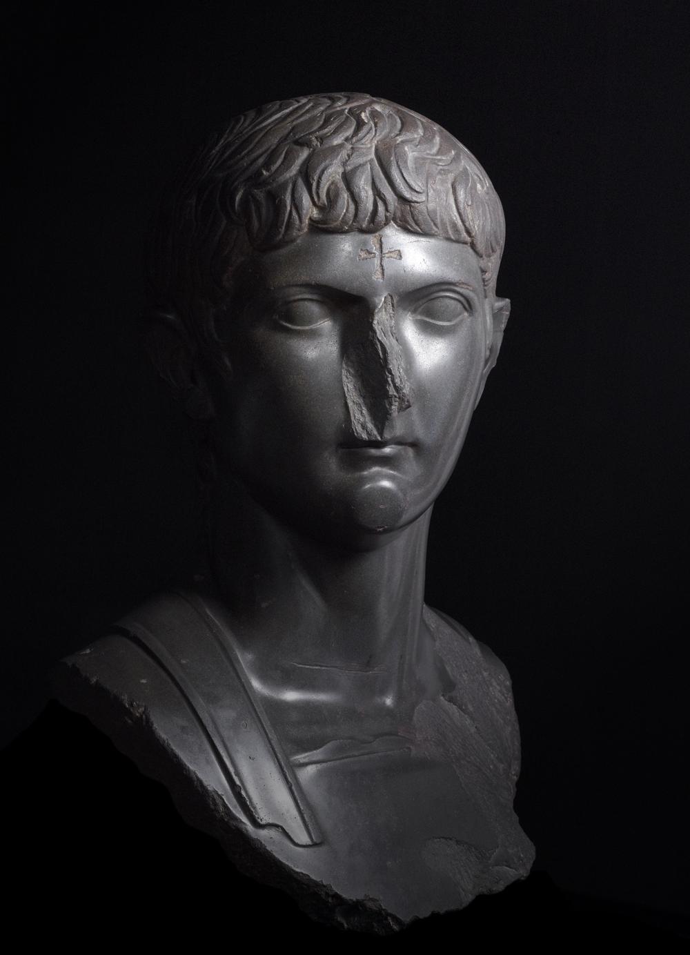 Romalı general Germanicus'un alnına kazınmış Hrirtiyan haç ile olan büstü, bazalt, M. S. 14-20 [ © British Museum Mutevelli Heyeti]
