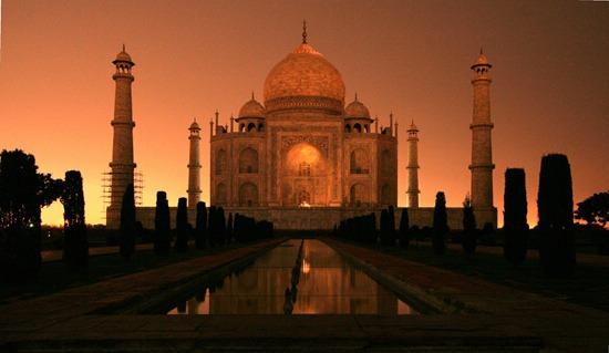 """Taj Mahal'in """"üzerinde deneme yapılacak bir anıt olmadığını"""" söyleyen üst düzey kültür mirası uzmanları ışıklandırmanın çektiği haşerelerin üzerine dışkılaması sebebiyle, bu girişimin anıtın mermer yüzeyini tehlikeye soktuğunu belirterek, Babür dönemine ait ünlü anıt mezarın aydınlatılmasına itiraz ettiler."""