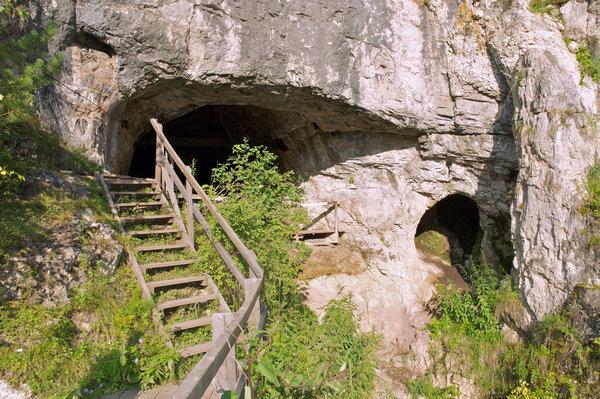 İnsanlık soy ağacının eksik dalına ait kanıtların bulunduğu Sibirya'daki Denisova Mağarası'nın girişi. Fotoğraf: Bence Viola