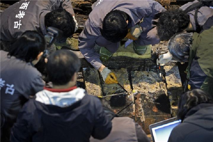 Çinli arkeologlar, geçtiğimiz Cumartesi günü, 2000 yıl öncesine ait bir mezardan Konfüçyüs'ün bir portresini gün ışığına çıkardıklarını iddia ettiler. [Fotoğraf: Xinhua]