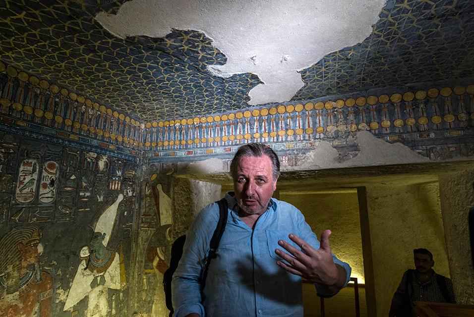 29 Eylül 2015'te çekilen bir fotoğraf, Eski Mısır Bilimcisi İngiliz Nicholas Reeves'in Kahire'nin 500 km güneyinde, Luksor'a yakın Krallar Vadisi'nde Horemheb mezarına bir ziyaretinde gazetecilerle konuştuğunu gösteriyor. Mısır bu hafta, Reeves'in inandığına göre Kraliçe Nefertiti'nin gömüldüğü yer olan Tutankamun'un mezarında gizli bir oda arayışı içinde çalışmalar yürüteceğini 23 Kasım 2015'te söyledi.