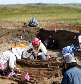 MÖ 1100-1300 arası bir tarihe dayanan evin bulunduğu alanda iki bronz insan yapımı obje bulundu (Fotoğraf: Colorado Üniversitesi)