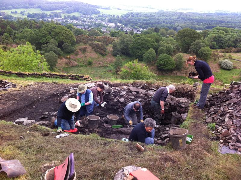 GUARD Arkeologları, bir Demir Çağı 'hillfort'undan geliştirilerek yapılan kompleks bir erken dönem orta çağ kraliyet kalesini ortaya çıkaran ,Trusty's Hill'deki topluluk araştırma kazısını yönetiyorlar © GUARD