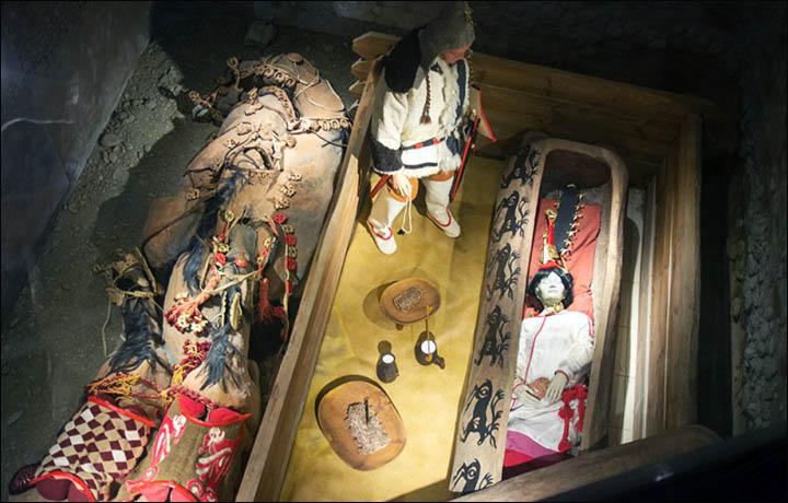 """Bir manken –birebir benzeri- müzede sergileniyor ve """"özel durumlarda"""" VIP'ler gerçek mumyayı görme fırsatını elde edebiliyorlar."""