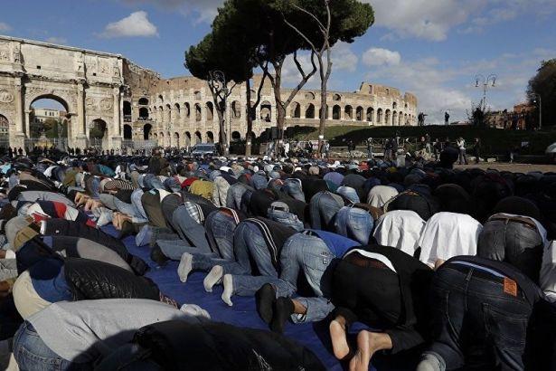 Roma'da Kolezyum'un önünde 2 bin kişi namaz kıldı