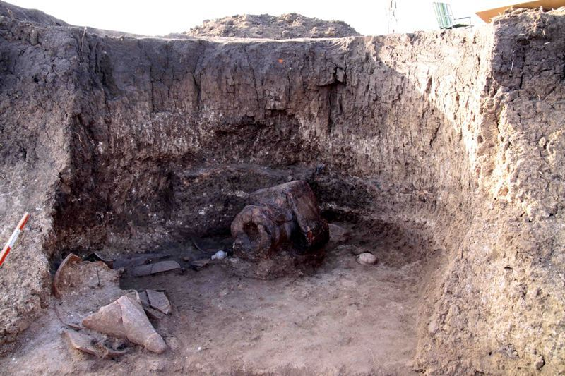 Pit No. 18'de bulunan bu Antik Trakya Kil Sunağı, amfora ve diğer antik gemi kalıntıları ile birlikte, Bulgaristan'ın Radnevo yakınlarındaki Meriç Doğu Madenleri'nde yeni keşfedilen bir antik ve ortaçağ yerleşkesidir.