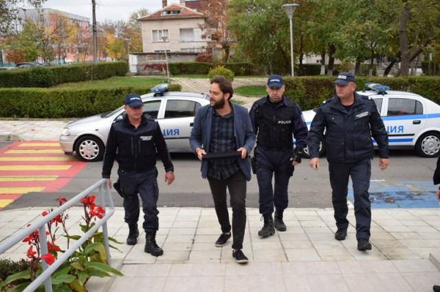 Arkeolog Daniel Pantov, hazineyi Primorsko Tarih Müzesine yerel polis koruması ile götürürken.
