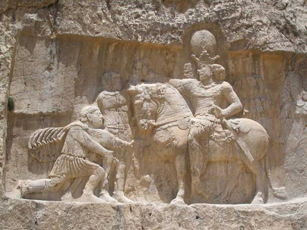 Naqsh-e Rostam'da Shapur'un zaferini Roma İmparatoru Valerian'a göre tasvir eden kaya üzeri kabartma