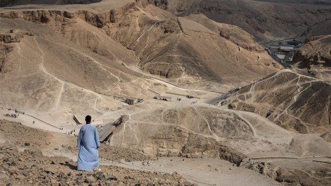 Set Maat işçileri, her hafta Krallar Vadisinde çalışabilmek için, Theban tepelerini tırmanmışlar bunun beraberinde diz ve ayak bileklerinde oluşan kireçlenmeden muzdarip olmuşlardır.