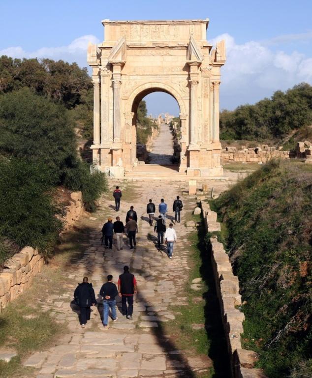 Al Khums'ta bir antik Roma kenti olan Leptis Magna'da nöbet tutarken.