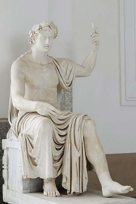 Defne yaprağı taçlı Augustus'un  (Octavian) muazzam heykeli