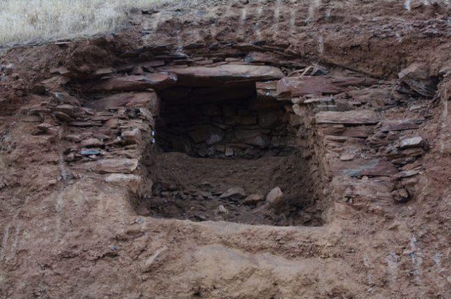 Kuzey Irak'ta bir mezar, 2400 yıl öncesine dayananlar ve daha yakın zamana ait mezarlar dahil bir yığın iskeleti barındırıyor. Beyaz kum, daha yakın zamana ait mezarların kazımındandır. Kaynak: Michael Danti