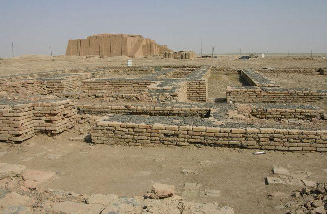 Ur Şehrinde harabeler, Güney Irak, arka tarafta ziggurat görülüyor