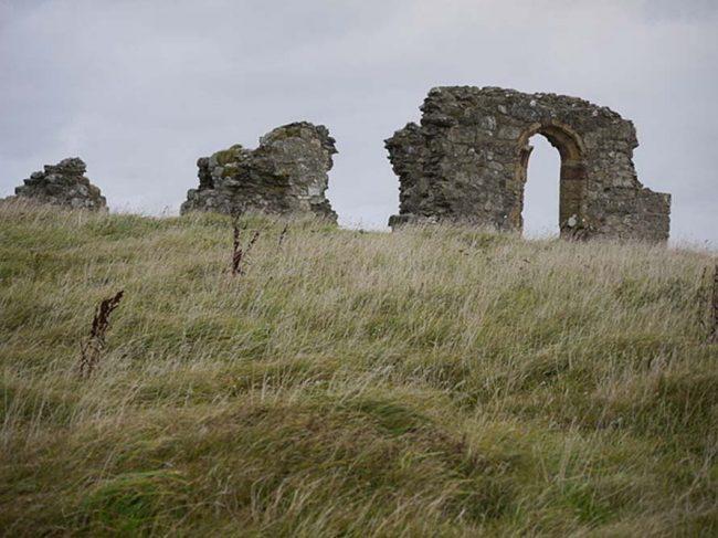 Aziz Dwynwen kilisesinin Llanddwyn adasındaki kalıntıları. Orijinal şekli 16. Yüzyılda inşa edildi.